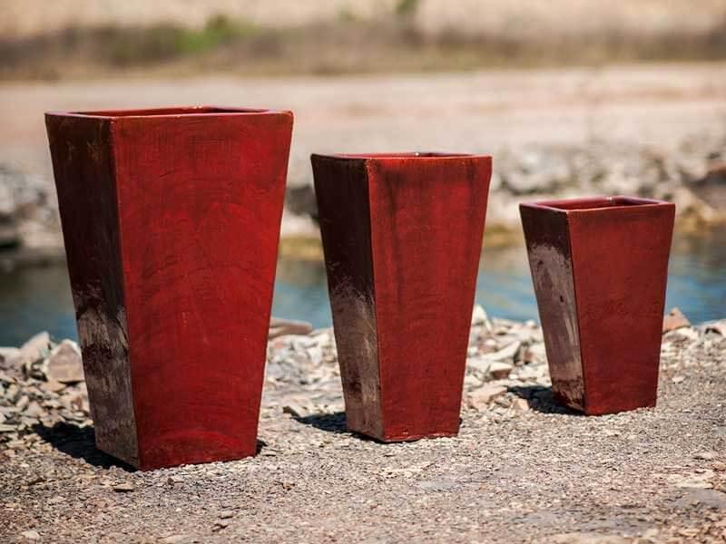 Vasos de cerâmica vermelhos e altos Foto de Terra Asia