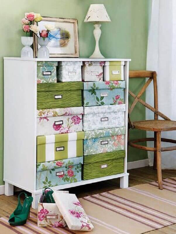 armário organizado com caixa organizadora de papelão decorada Foto Báo Mới