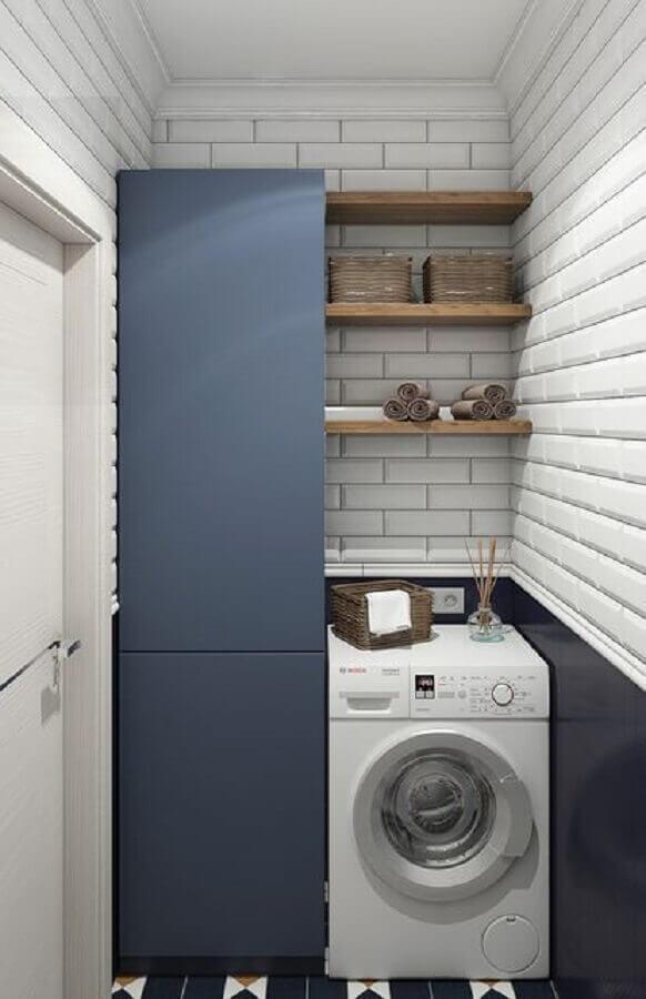 armário para lavanderia pequena com subway tile e prateleiras de madeira Foto Arxip