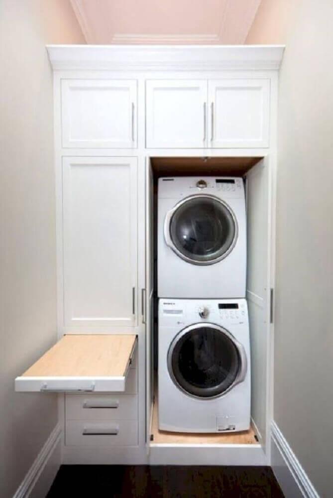 armário para lavanderia pequena planejada com tabua de passar roupas Foto MAG agencement