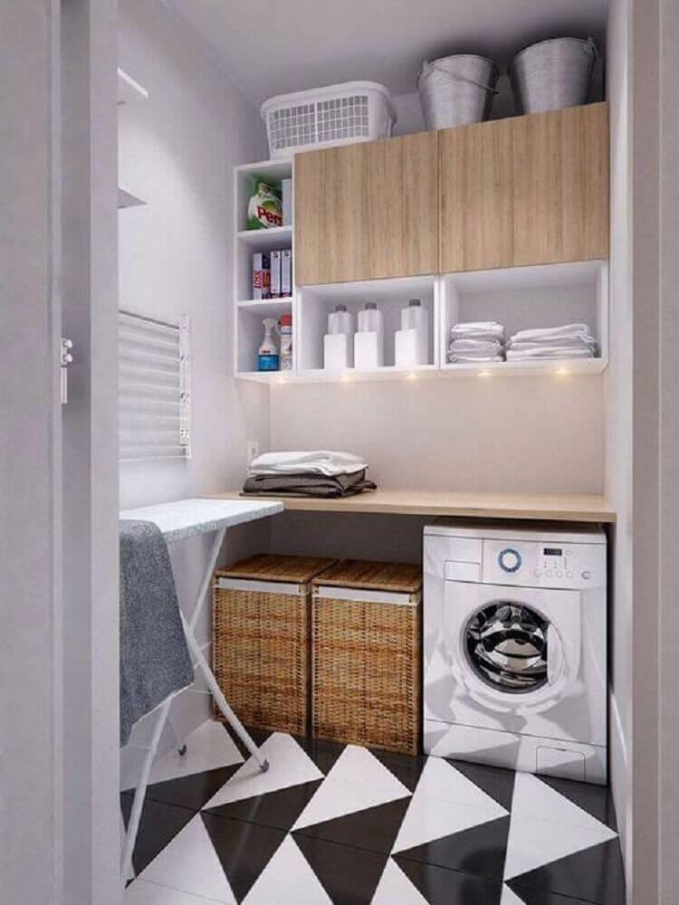 armário pequeno para lavanderia decorada com cestos de vime e piso preto e branco Foto Archilovers