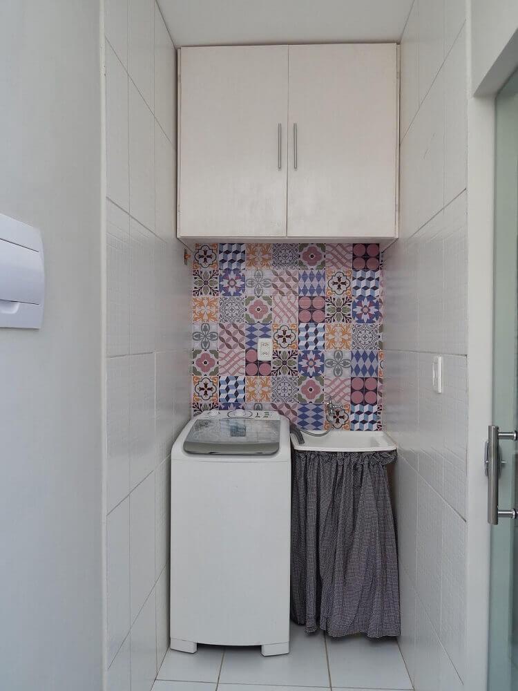 armário pequeno para lavanderia decorada com ladrilho hidráulico Foto Deccorebba