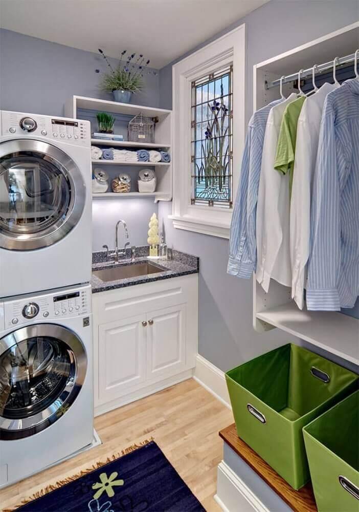 armário pequeno para lavanderia planejada com nichos e cabideiro Foto Adela Parvu