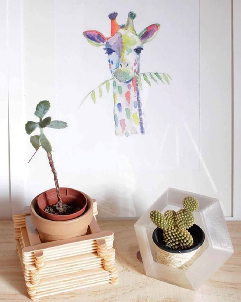 artesanato com palito de picolé para decoração com vasinho de plantas Foto Casa de Amados