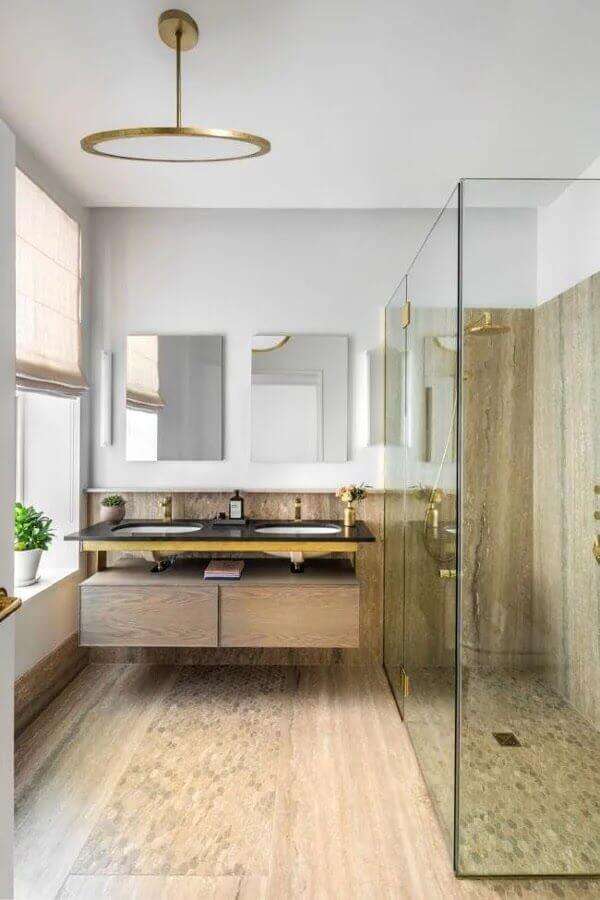 banheiro emily Blunt com revestimento em madeira e box de vidro