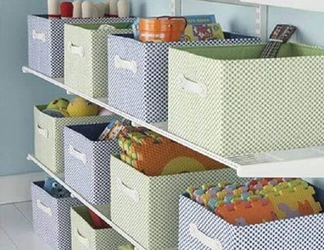brinquedos organizados em prateleiras com caixas organizadoras  Foto Muebles cómodos