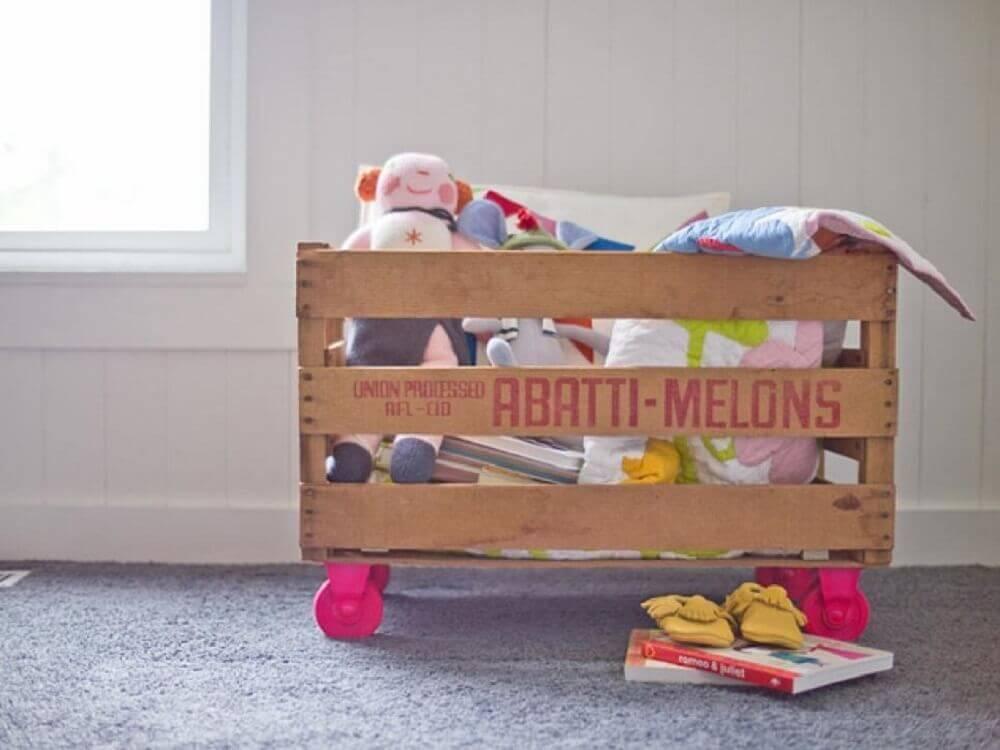 caixa organizadora de madeira com brinquedos Foto HGTV