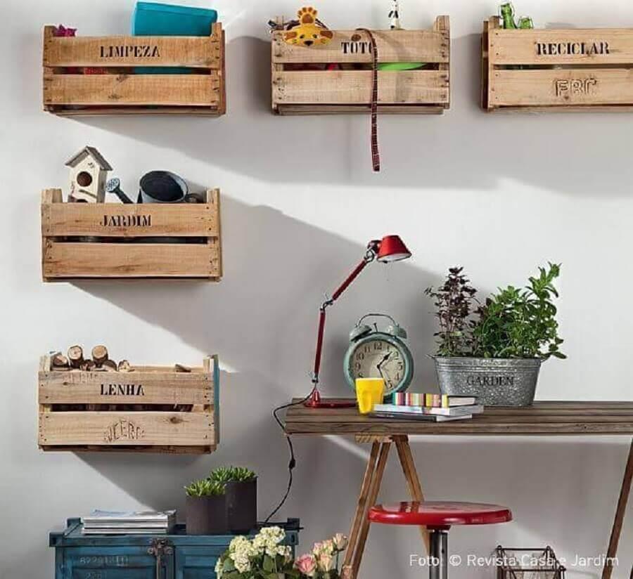 caixa organizadora de madeira instaladas nas paredes Foto Nadine Guerra