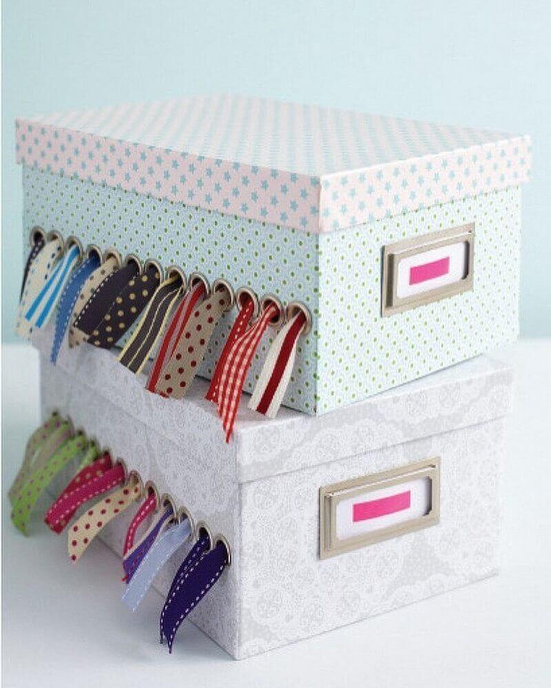 caixa organizadora de papelão com recortes para passar fitas de costura Foto Wood Save