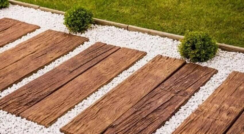 caminho feito com pedras brancas e piso de madeira - coleção madeira (1)
