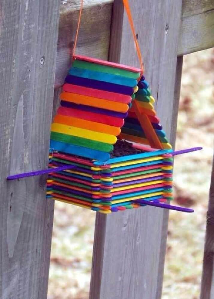 casinha de passarinho colorida feita com palito de picolé Foto Gayo Maxx