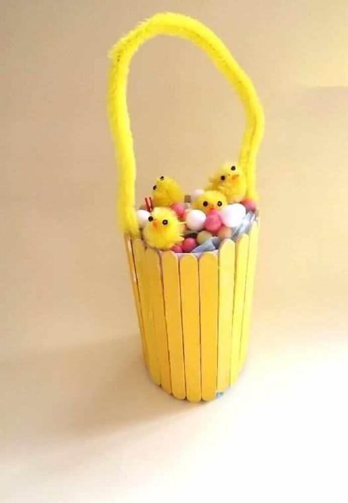 cestinha amarela de palitos de sorvete - artesanato com palito de picolé para crianças Foto Assetproject