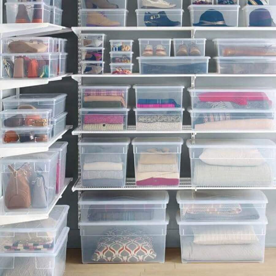 closet com prateleiras abertas e caixa organizadora com tampa de plástico Foto Homebnc