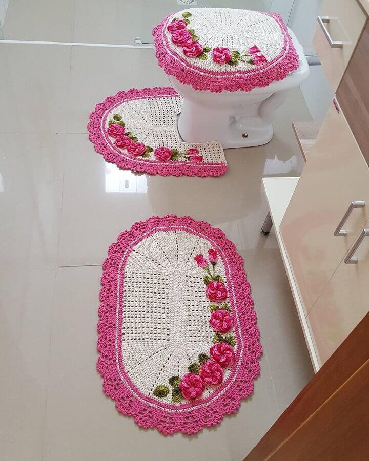 conjunto com tapete de crochê com flores cor de rosa Foto Pinterest