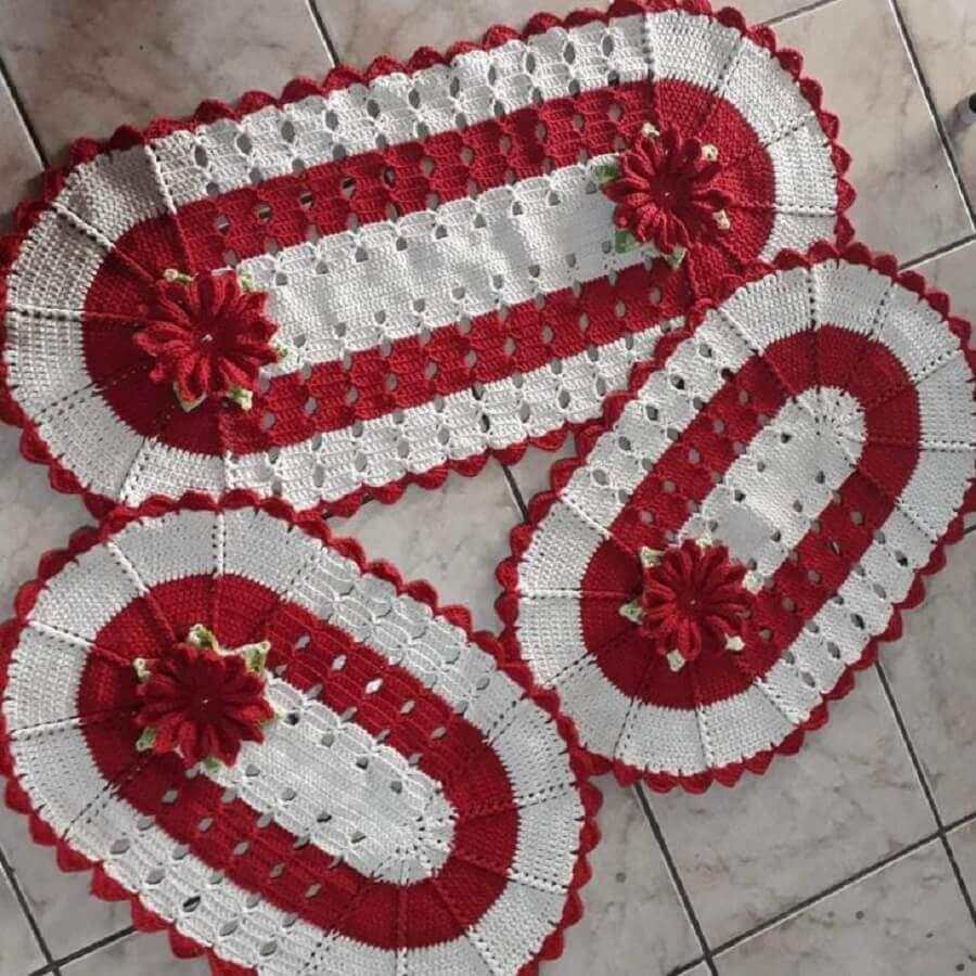 conjunto de tapete crochê oval com flor vermelha Foto Lurdinha Marcelino Artesã