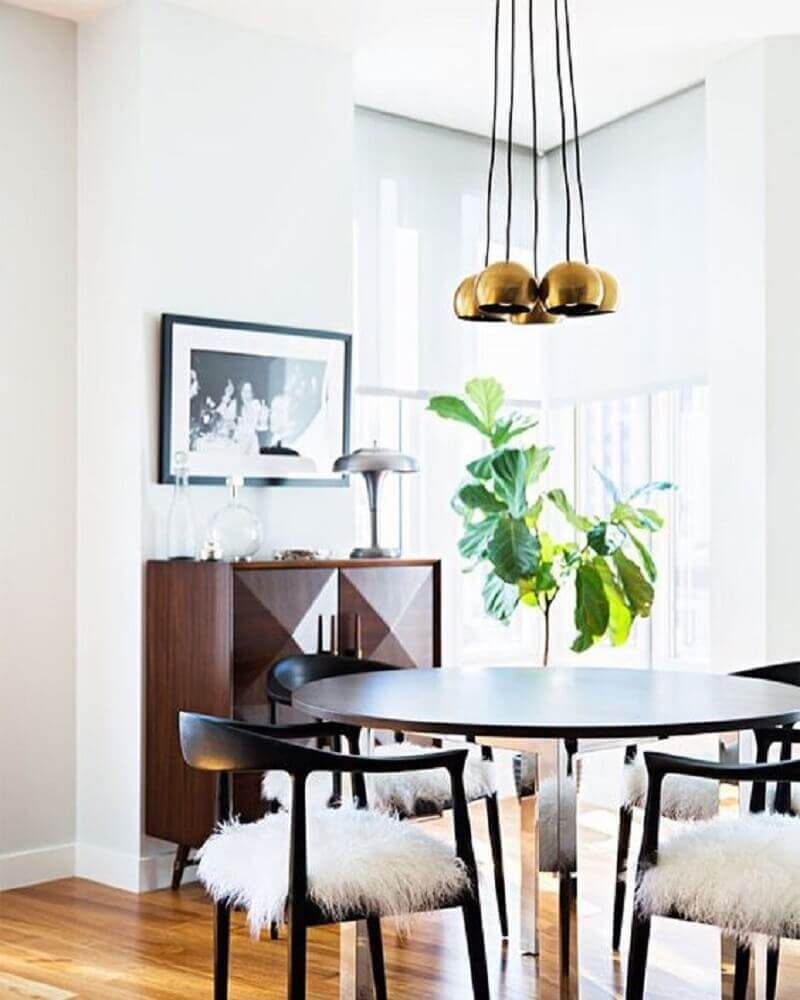 conjunto dourado de pendente sala de jantar pequena toda branca com buffet de madeira Foto SavedoGemas