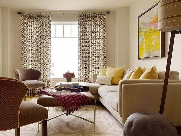 cor palha e móveis em tons de marrom