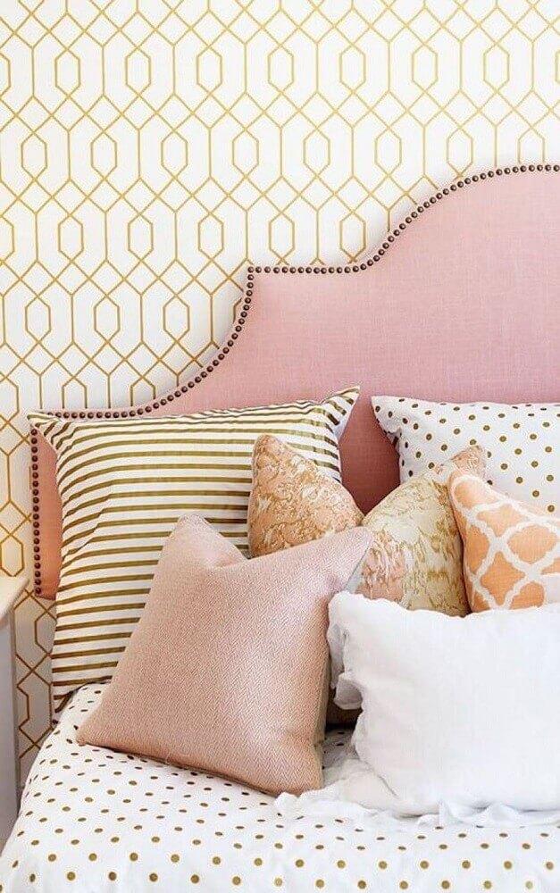 cores de quarto feminino com papel de parede e cabeceira rosa Foto Style Me Pretty