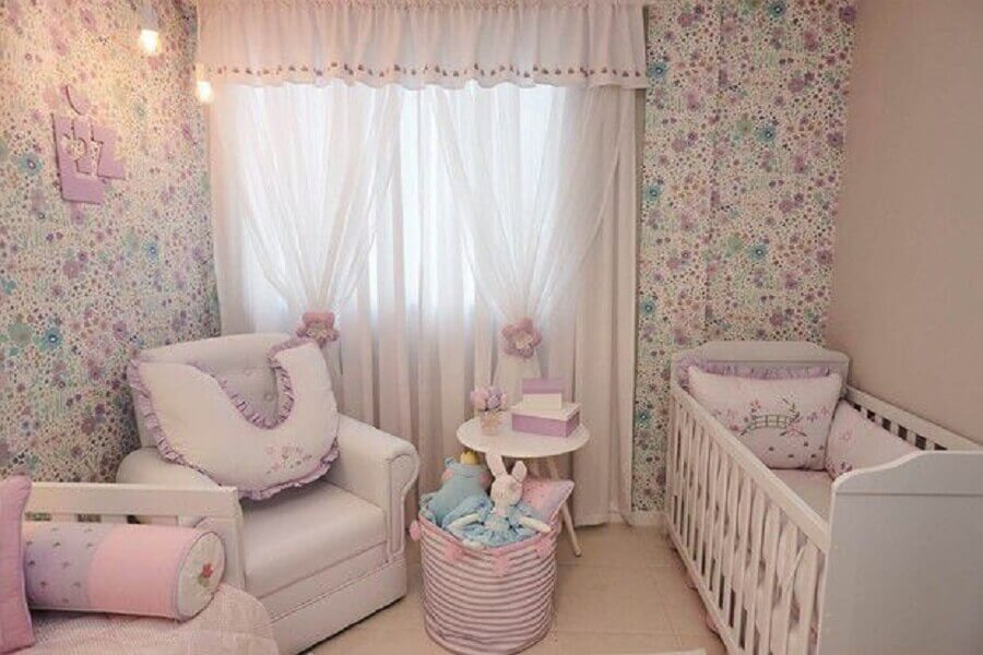 cores para quarto de bebê feminino com papel de parede floral Foto Andrea Bento