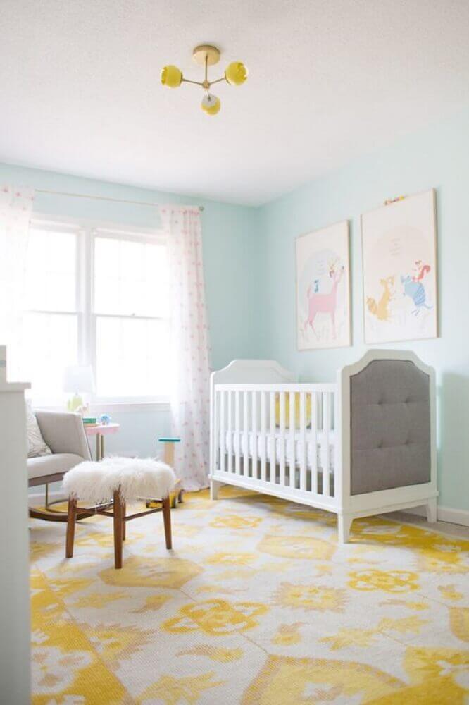 cores para quarto de bebê feminino com tapete amarelo e parede azul claro Foto Jogja Story