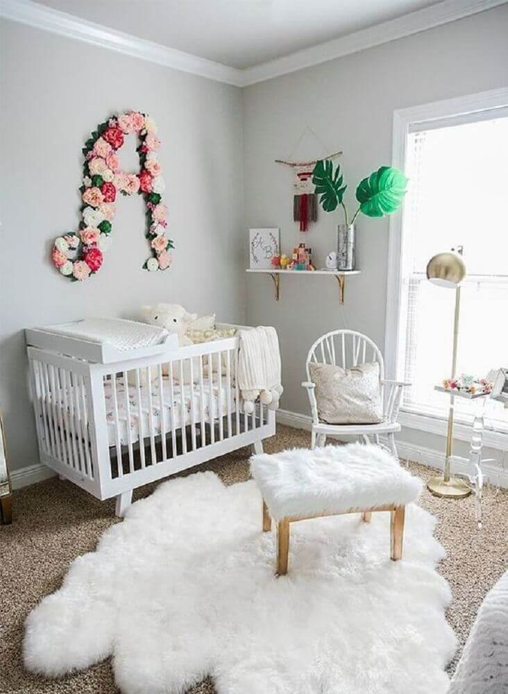 cores para quarto de bebê feminino todo branco com parede cinza claro Foto Baby Shoes