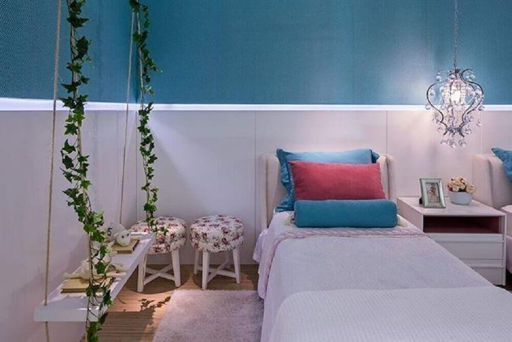 cores para quarto feminino com parede azul e branca decorado com pendente provençal sobre criado mudo branco Foto Arina Araújo