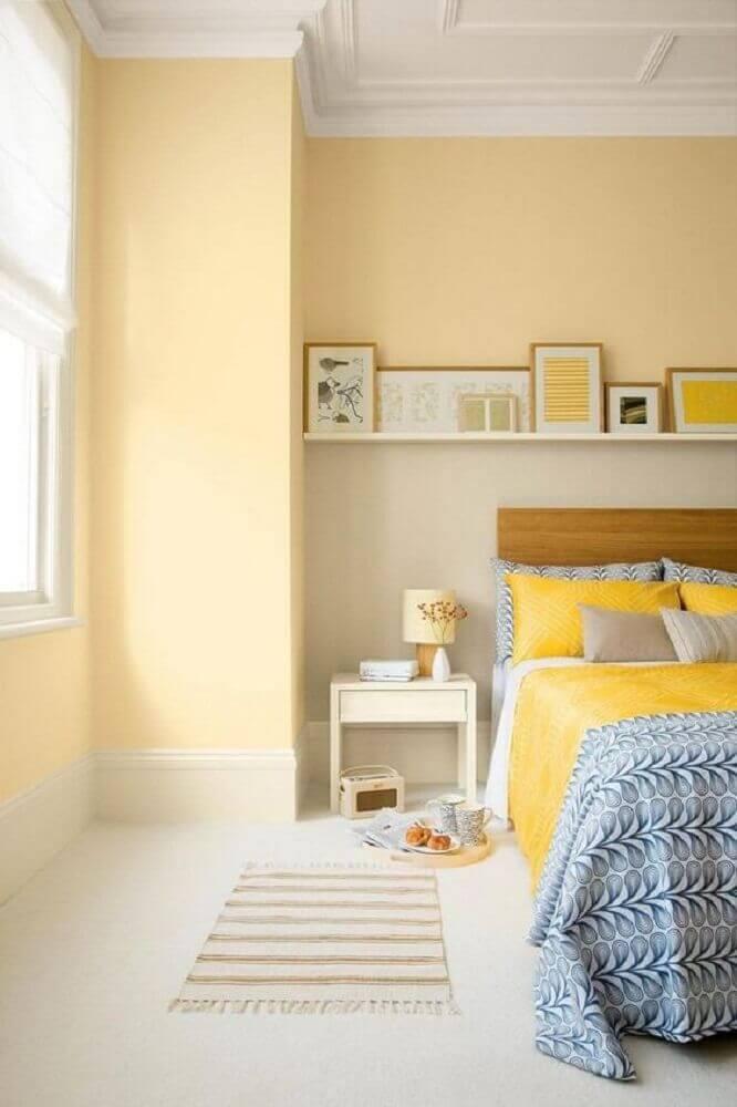 cores para quarto feminino com paredes amarelas e cabeceira de madeira Foto Home Design