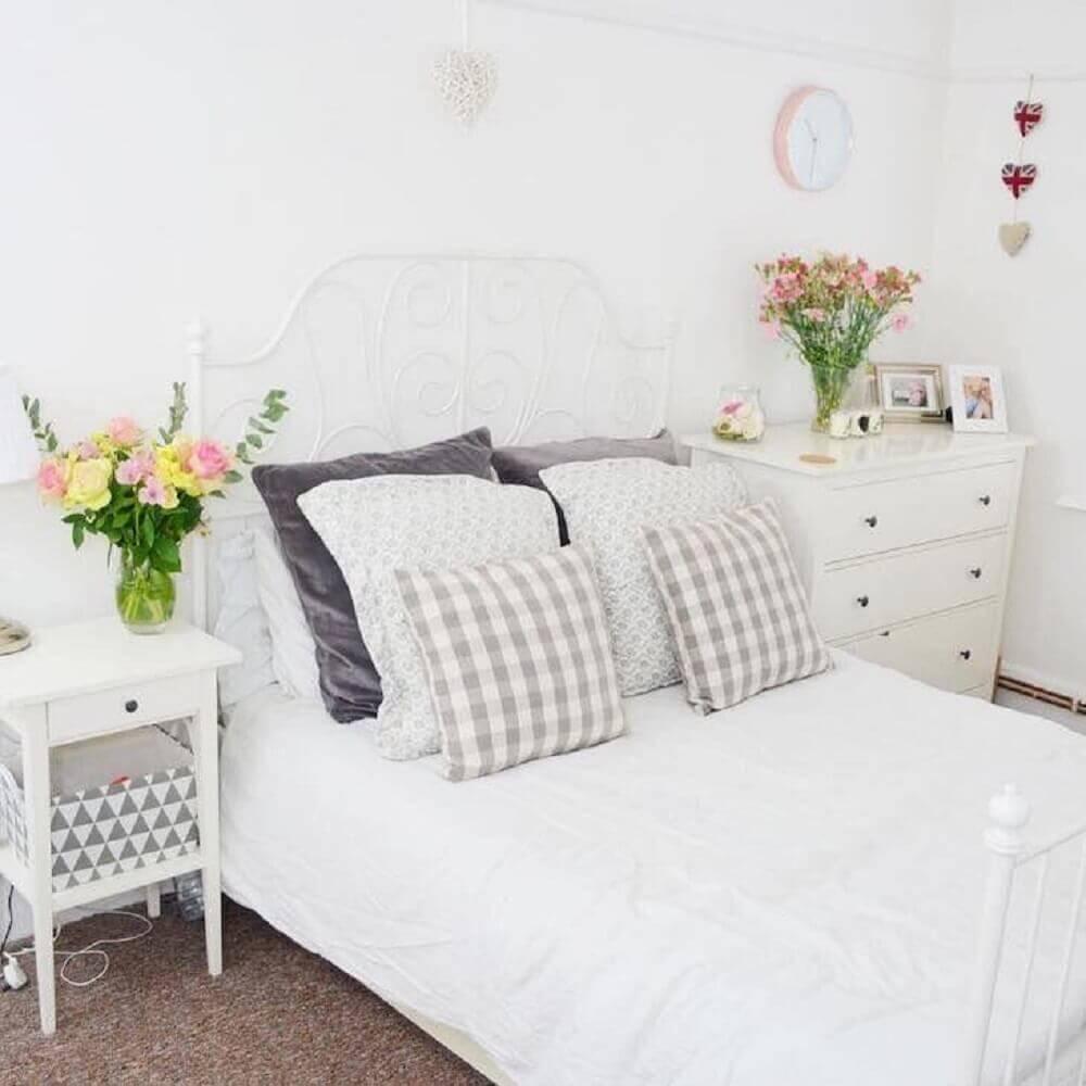 cores para quarto feminino todo branco com estilo romântico Foto Amy Sowerby