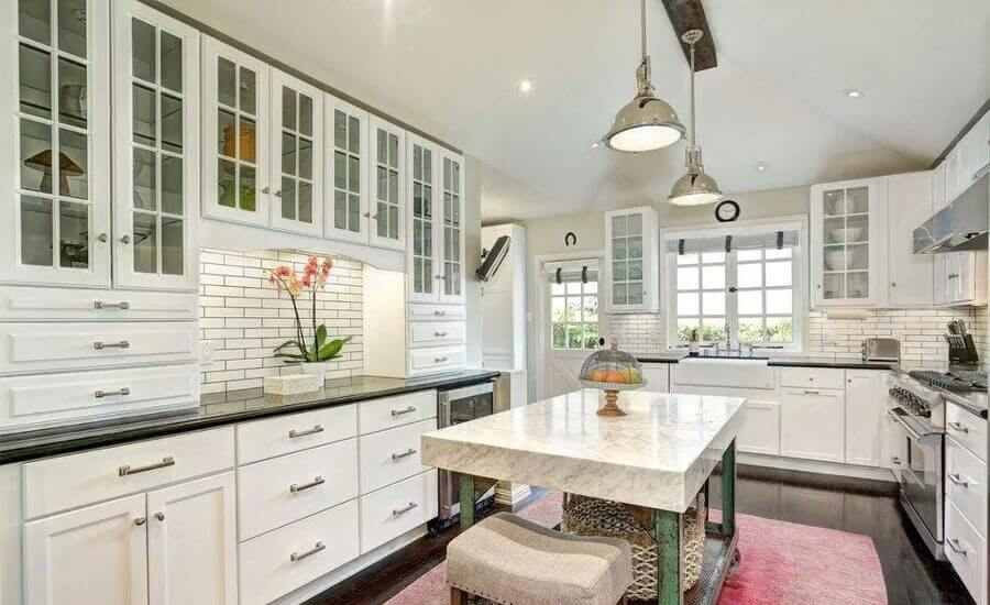 cozinha ampla casa de decoração casa Melissa McCarthy com armários planejados