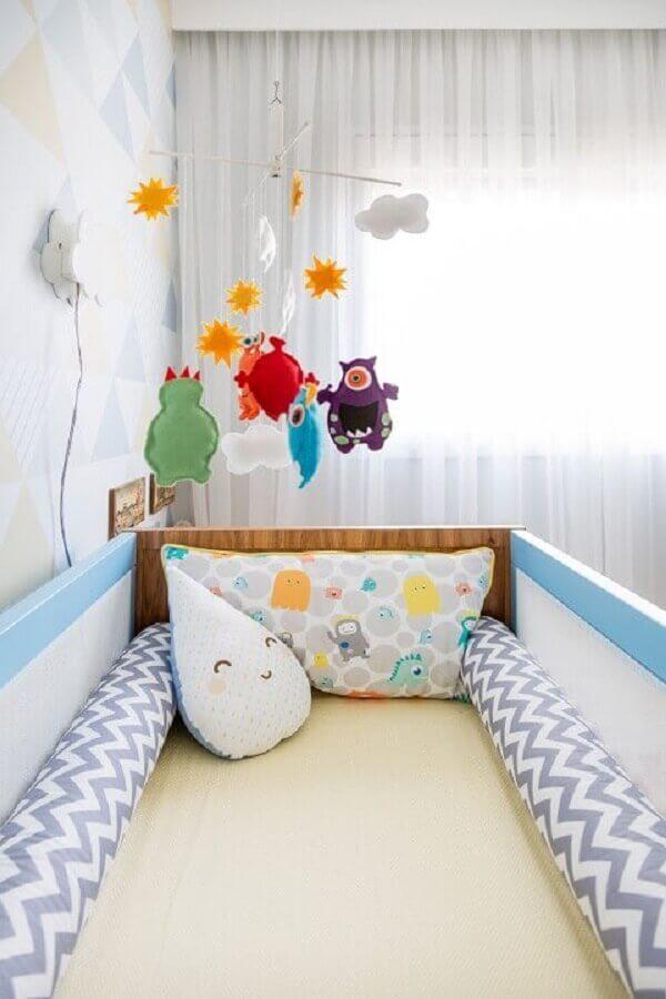 decoração alegre com enfeites para quarto de bebê com berço azul Foto Studio Novak