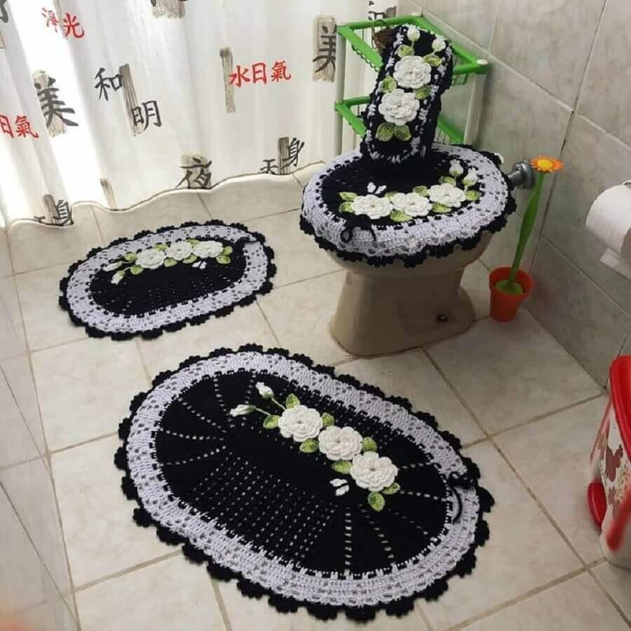 decoração banheiro com tapete de crochê com flores brancas Foto Alê Crochê