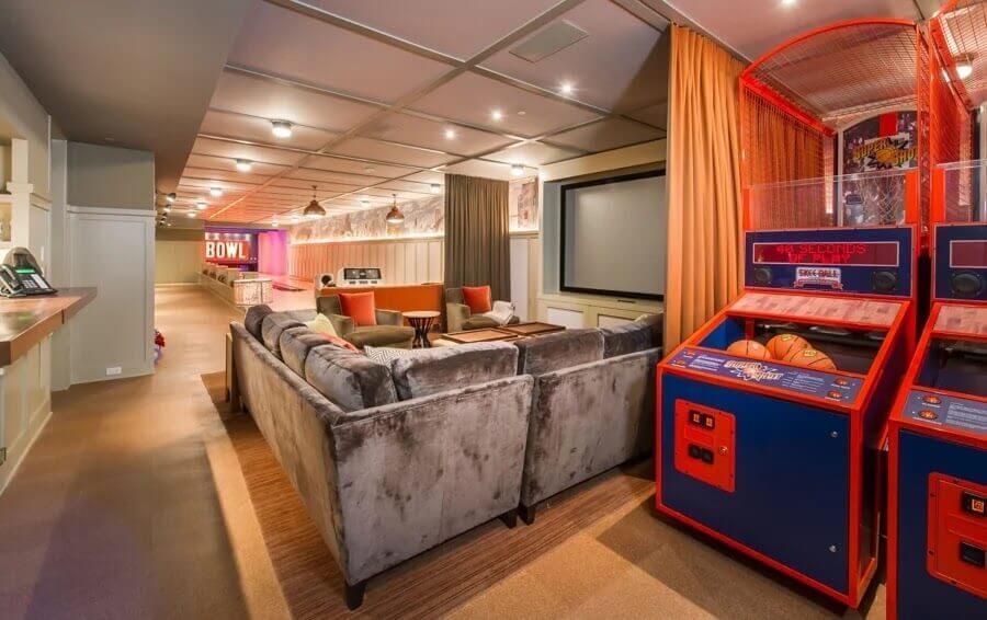 decoração casa lady gaga com sofá amplo e jogos arcade