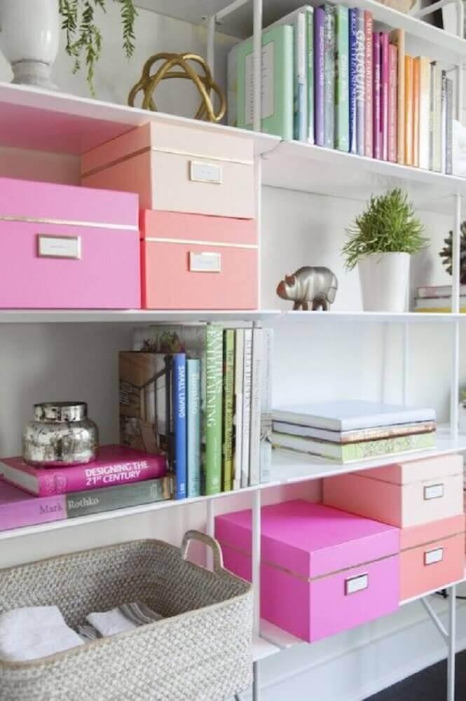 decoração clean para estante com caixa organizadora com tampa em tons de rosa Foto Health Choise