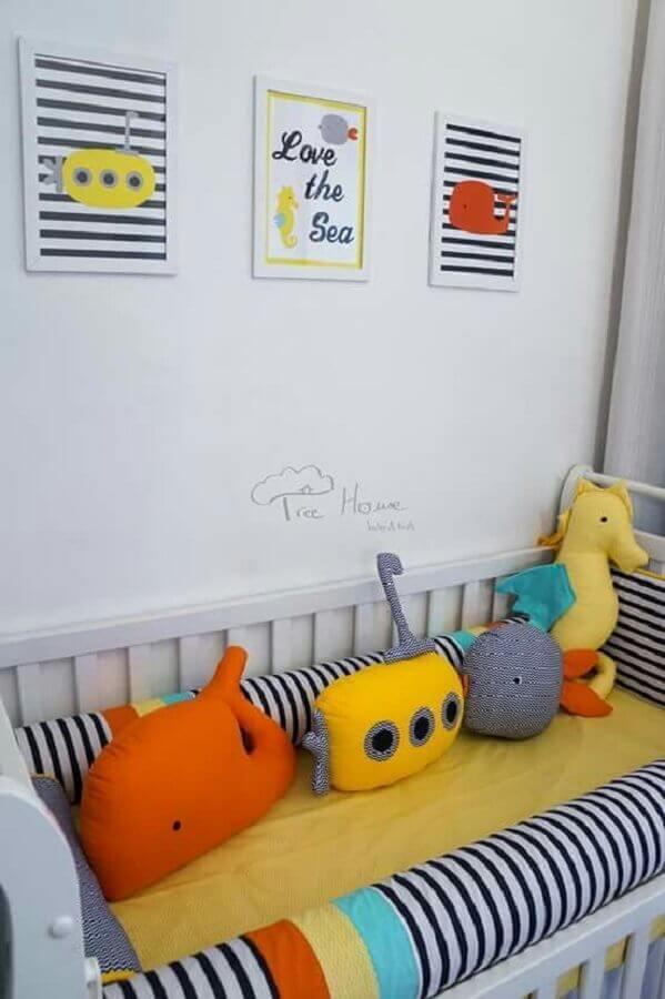 decoração colorida com almofadas e quadros para quarto de bebê Foto Tree House Baby & Kids