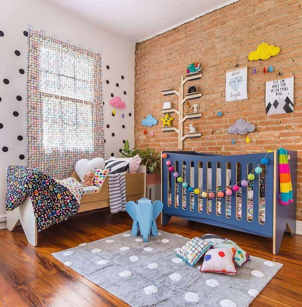 decoração colorida para quarto de bebê moderno com parede de tijolinho à vista e berço azul Foto Pinterest