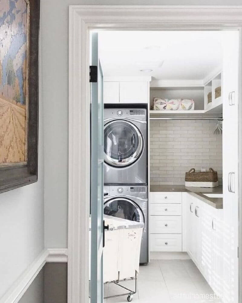 decoração com armário para lavanderia pequena planejada com subway tile Foto Pinterest