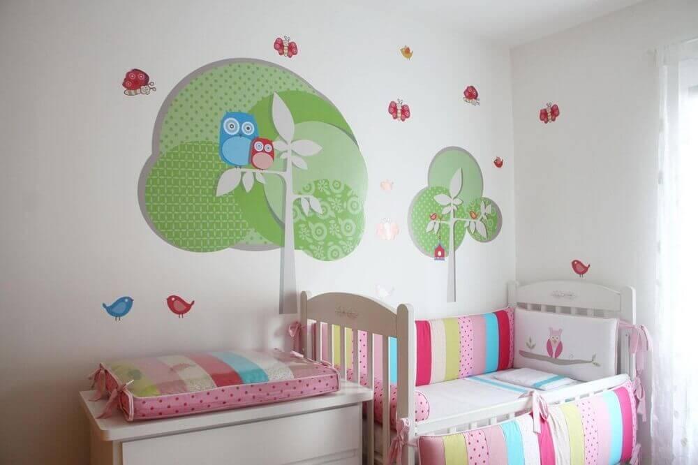 decoração com detalhes coloridos para quarto de bebê todo branco Foto Fernando de Camargo