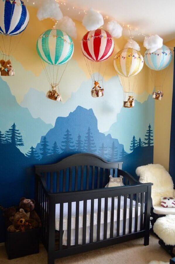 decoração com enfeites para quarto de bebê com vários balões coloridos e parede com montanhas Foto Baby Shoes