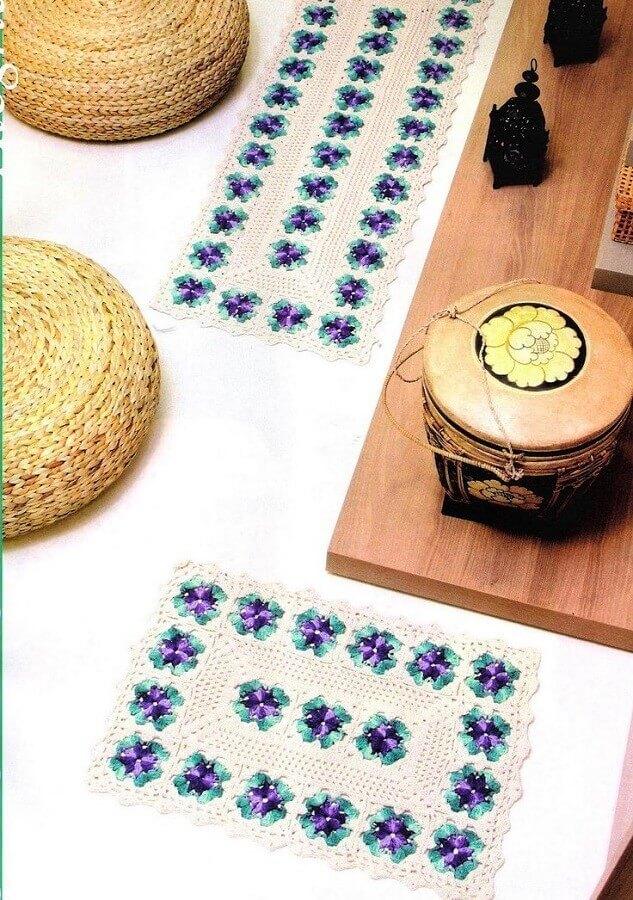 decoração com flor de crochê para tapete branco Foto Sonhos e Crochês