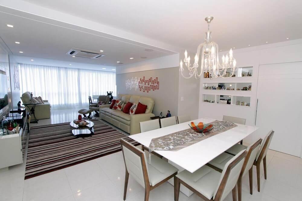decoração com lustre pendente para sala de jantar toda branca integrada com sala de estar Foto Lorrayne Zucolotto
