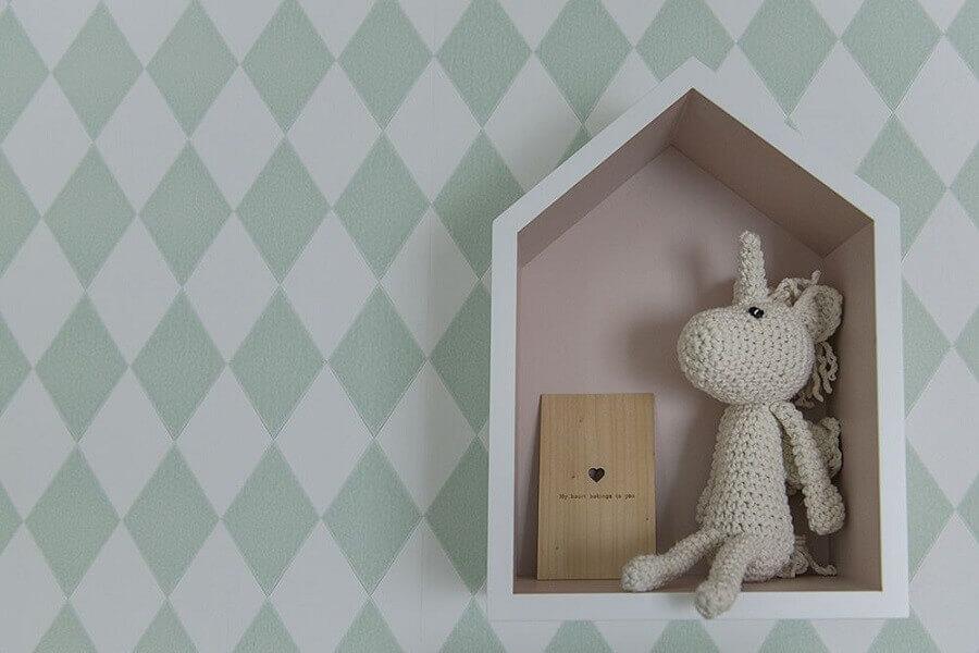 decoração com nicho e enfeite para quarto de bebê com papel de parede de losângo verde e branco Foto Triplex Arquitetura