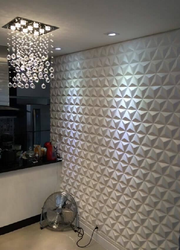 decoração com pendente de cristal e revestimento 3d branco