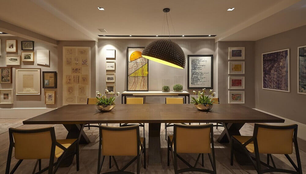 decoração com pendente para sala de jantar ampla com mesa de madeira Foto Oscar Mikail