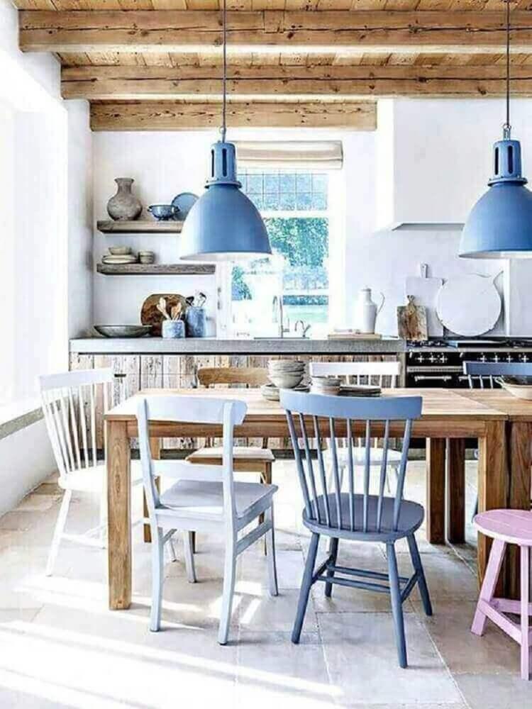decoração com pendentes azuis para sala de jantar rústica Foto Mayer Trade