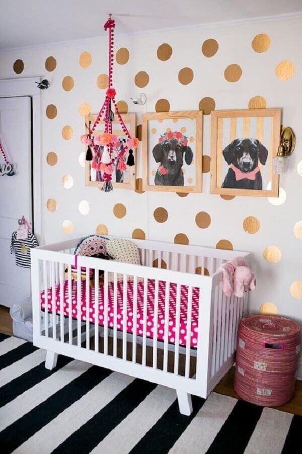 decoração com quadros para quarto de bebê com parede branca e adesivos dourados de bolinhas Foto Chris Dantas