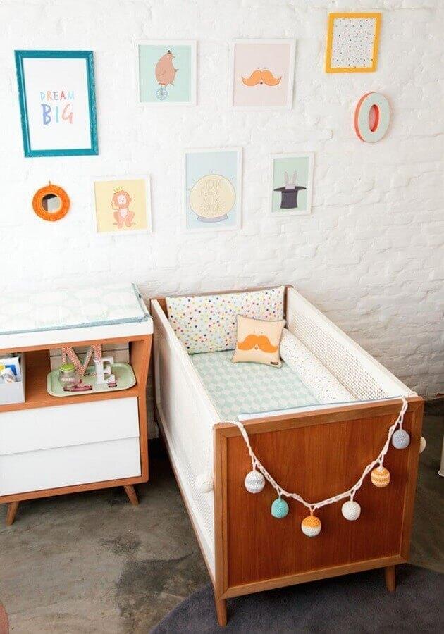 decoração com quadros para quarto de bebê com parede de tijolinho branco e berço com cômoda de madeira Foto Reciclar e Decorar