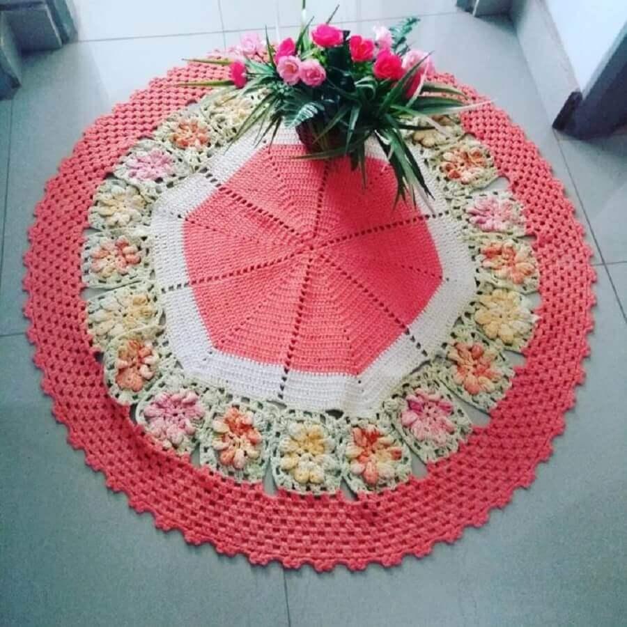 decoração com tapete de crochê redondo com flores em tom pastel Foto Median Crochê