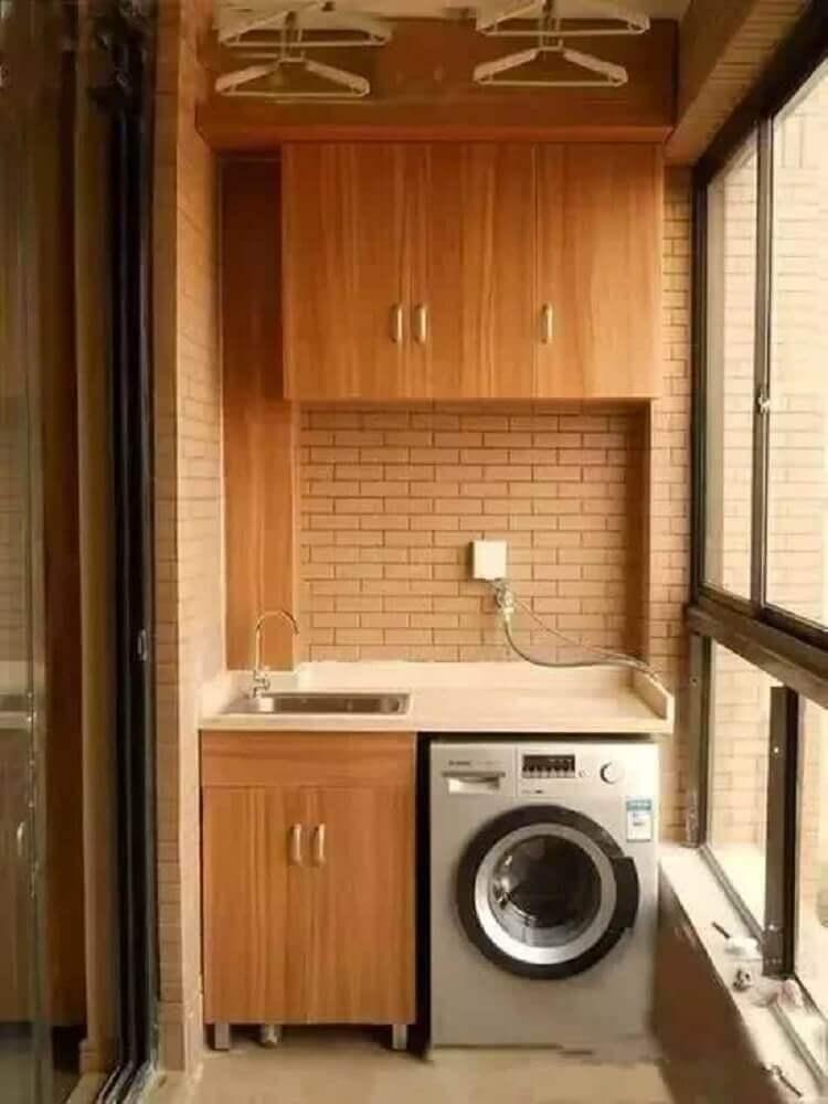 decoração com tijolinho à vista para lavanderia pequena planejada com armários de madeira Foto iFuun