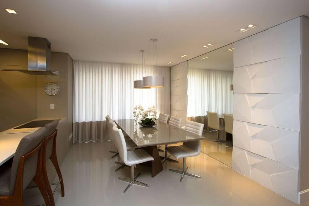 decoração contemporânea com pendentes para sala de jantar com parede espelhada e revestimento 3d Foto Marina Turnes