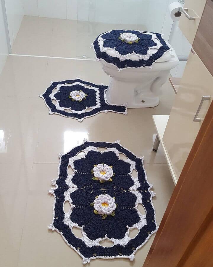 decoração de banheiro com flor de crochê para tapete azul marinho Foto Pinosy